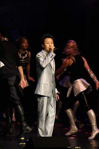 演唱男女声混唱歌曲《飞》 澳洲近20位女孩伴舞